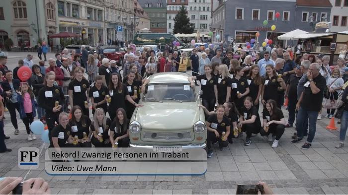 VIDEÓ: Új rekord született! 20 fiatal nő ült be egy Trabantba