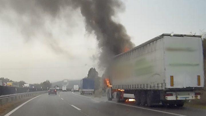 VIDEÓ: Így égett porig egy kamion fülkéje az M1-esen tegnap