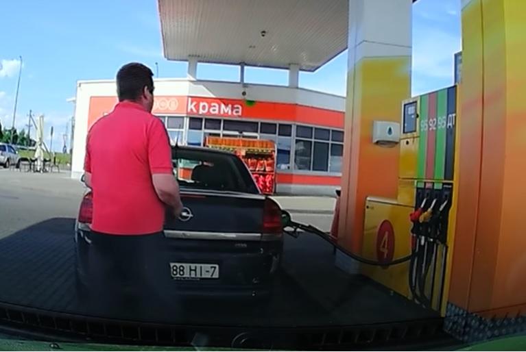 VIDEÓ: Ennél pofátlanabb és ostobább üzemanyagtolvajt még nem nagyon láttunk