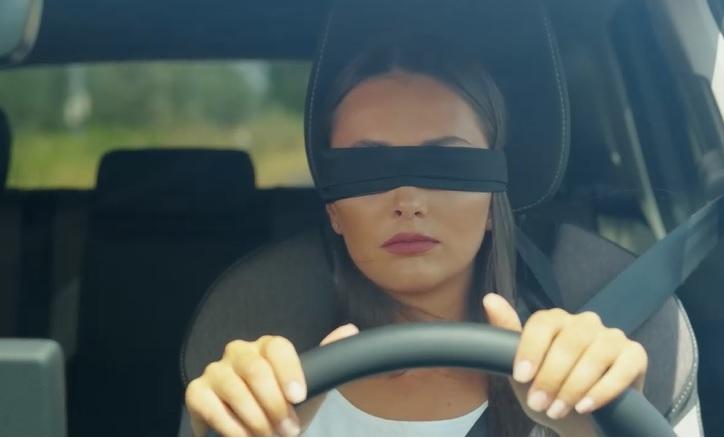 Ezt a videót ajánljuk azok figyelmébe, akik vezetés közben szeretnek mobilozni