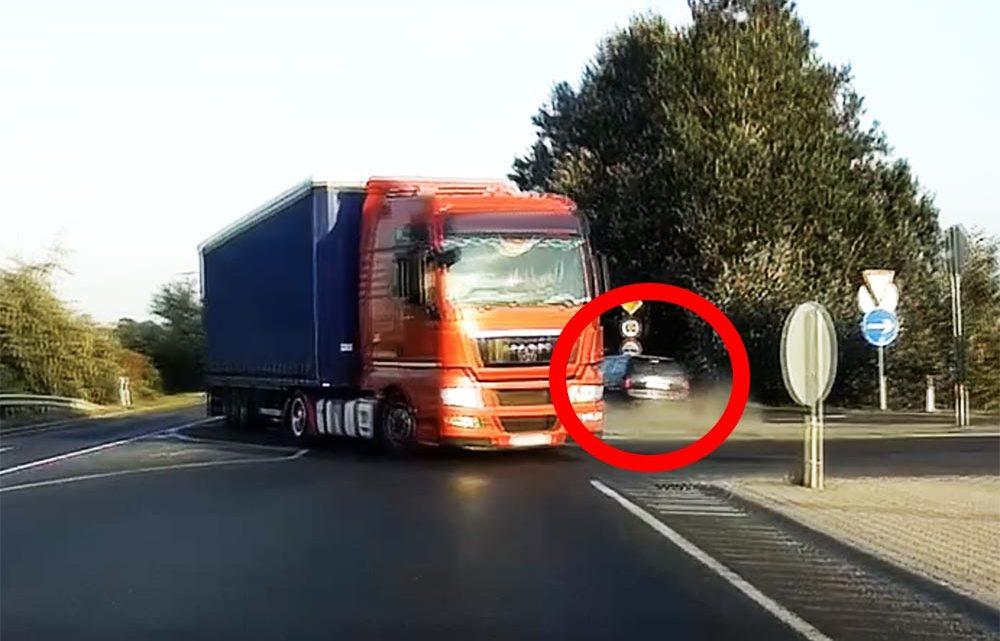 VIDEÓ: Na neki vérében van a vezetés! Olyat mentett a sofőr, hogy az agyad eldobod