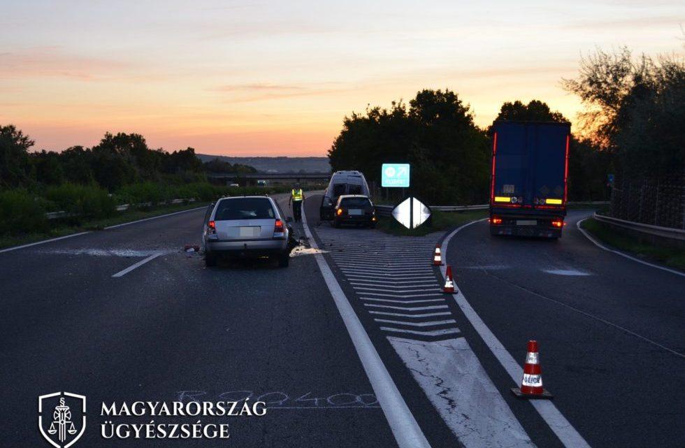FOTÓK: Börtönt kaphat a férfi, aki tolatás közben okozott balesetet az M7-es autópályán