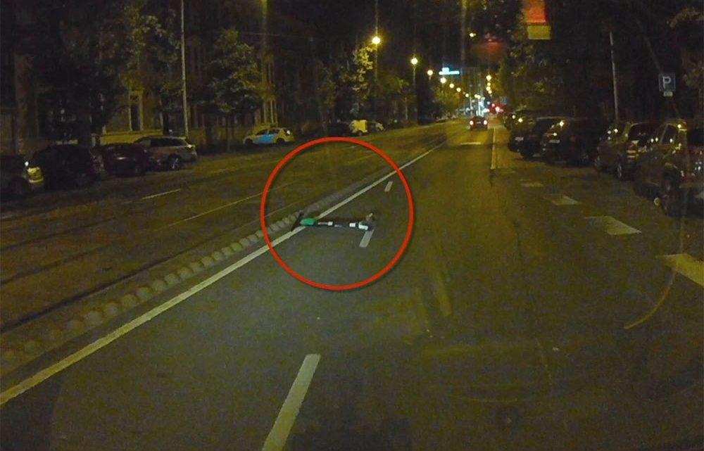 VIDEÓ: Úton széthajigált rollerek. Egyiken át is hajtott olvasónk véletlenül