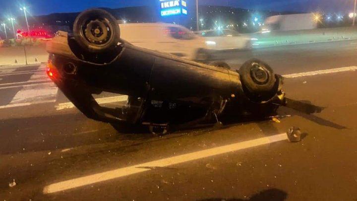 FOTÓK: Felborult egy autó reggel az M1-M7 bevezetőjén