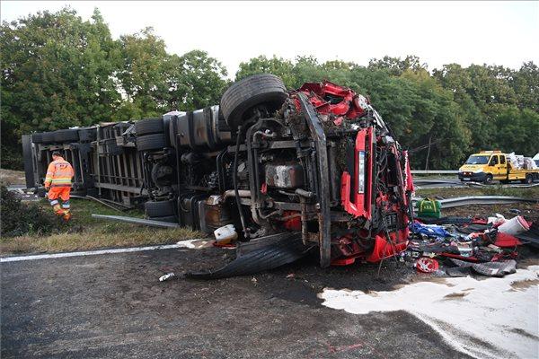 FOTÓK: Felborult éjjel egy kamion az M7-es autópályán, majd több autós neki is ütközött