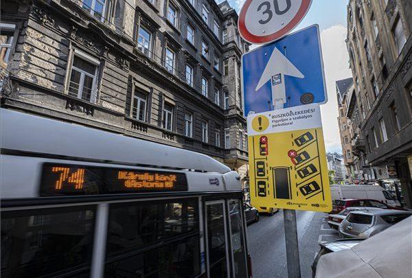 FOTÓK: Új táblák figyelmeztetnek a szabályos parkolásra Budapest belvárosában