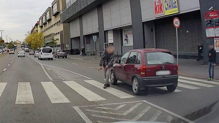 VIDEÓ: Nemhogy megállni miatta, még kikerülni se nagyon akarta a gyalogost a Corsa sofőrje