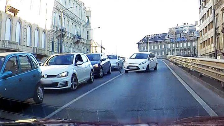 VIDEÓ: Szerencsére csak a dísztárcsa repült le a Fordról, aminek sofőrje majdnem balesetet okozott