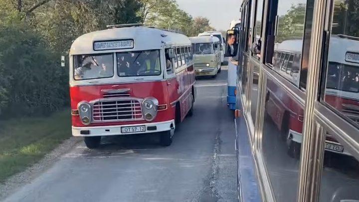 VIDEÓ: Egy falatnyi múltidézés -Ilyen az Ikarus gyár több, mint 50 autóbusza egy konvojban