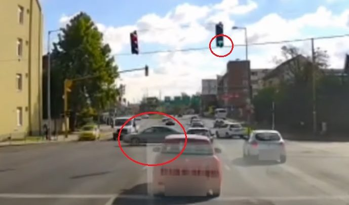 VIDEÓ: Még átslisszolt volna, de már nem sikerült – Tipikus balesetet rögízett a kamera