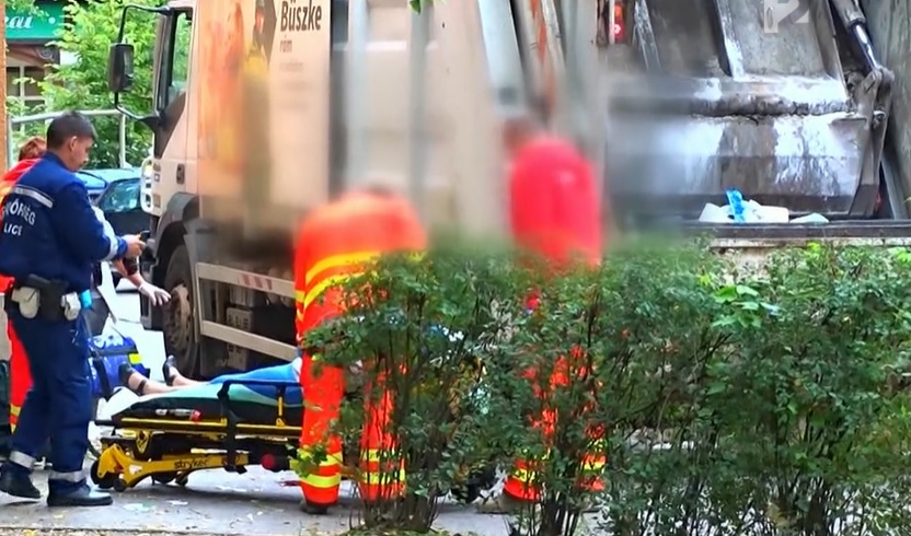 VIDEÓ: Figyelmetlen gyalogost ütött el egy kukásautó
