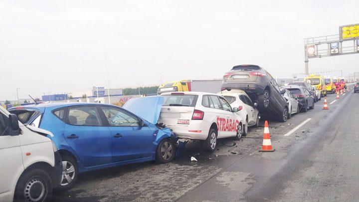 Tíz autó rohant egymásba ma az M0-áson. Óriási volt a káosz