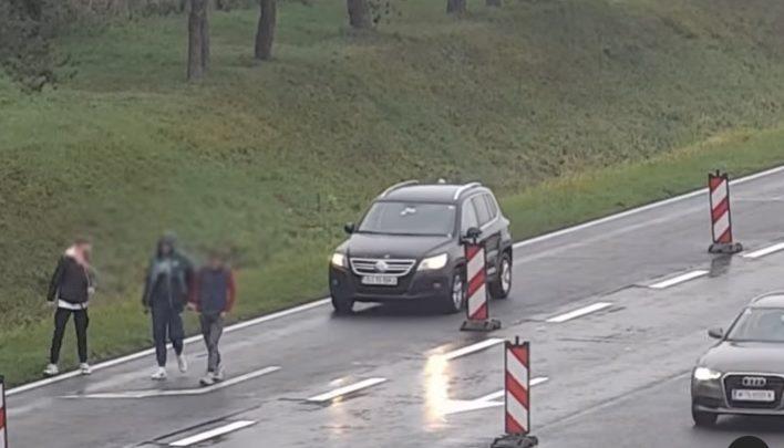 VIDEÓ: Olyan békésen sétálgatott három fiatal az M1-esen, mintha egy parkban lennének