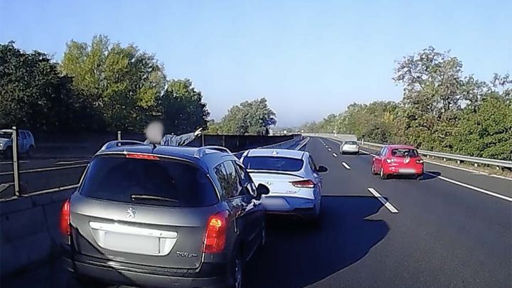 Videón, ahogy ezt valaki képes volt megcsinálni a tömött autópályán