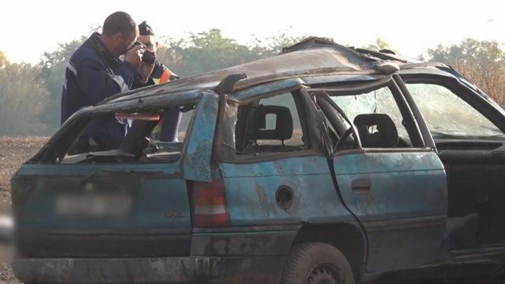 VIDEÓ: Kirepült az autóból és szörnyethalt egy utas, miután a sofőr kisodródott és a szántóföldre csapódott Tiszaburánál