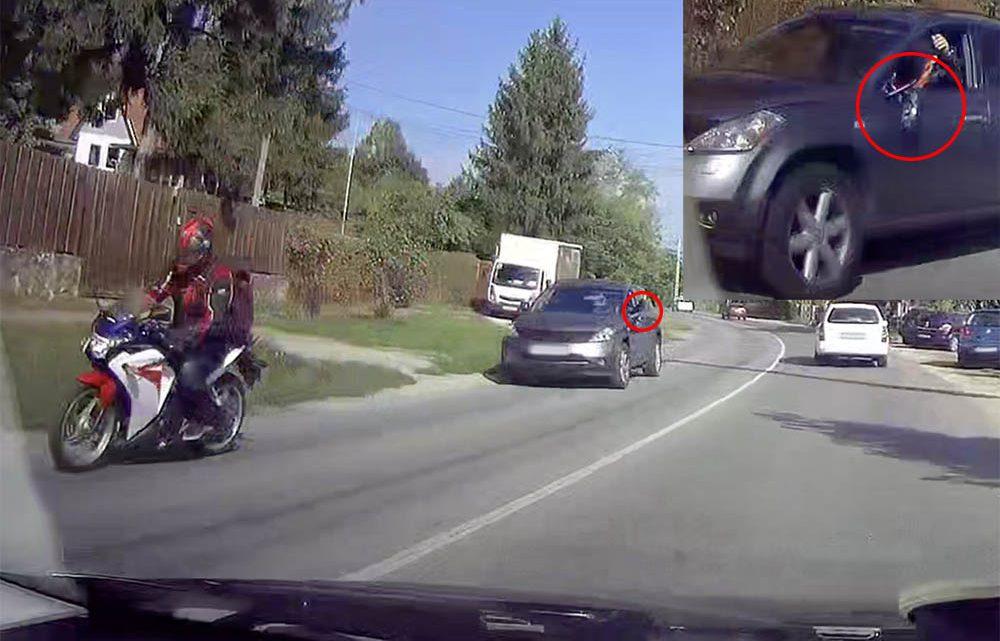 Videón, ahogy a motoros leveri a tükrét egy autósnak, mert az kikanyarodott elé