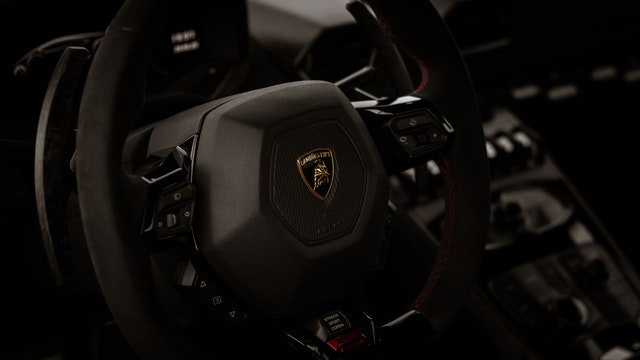 Gyorshajtott egy férfi frissen vásárolt Lamborghinijével – A rendőrség azonnal le is foglalta az autót