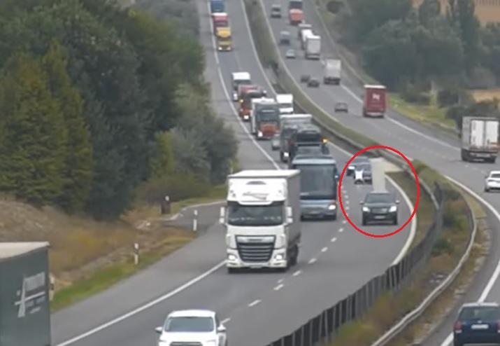 VIDEÓ: Lerepült a rakomány egy utánfutóról az M1-es autópályán