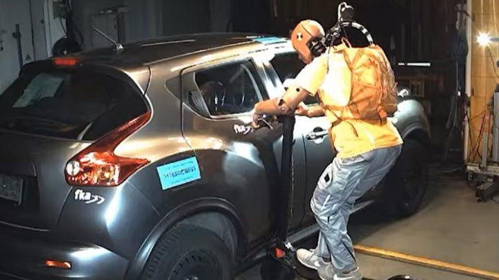 VIDEÓ: Ez történik, ha egy e-rolleres ütközik egy autóssal