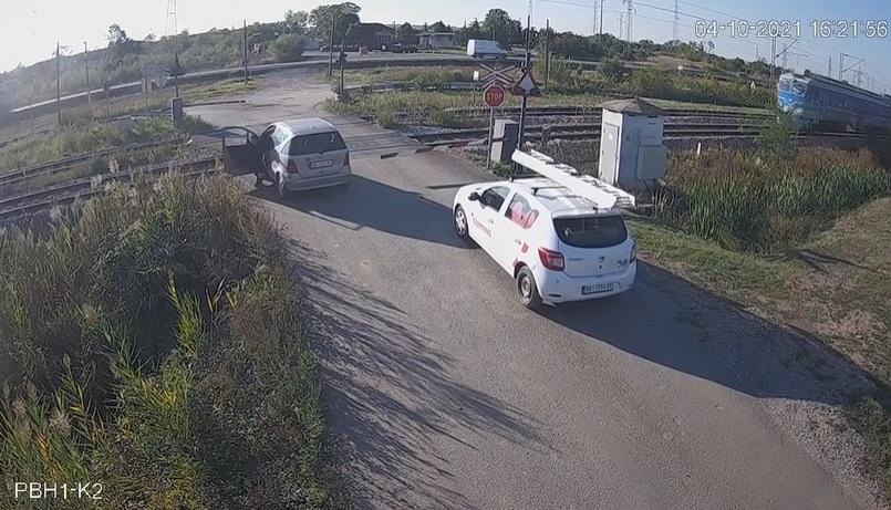 VIDEÓ: Körbenézett, majd kikerülte a sorompót, de hamar rádöbbent, hogy nem kellett volna