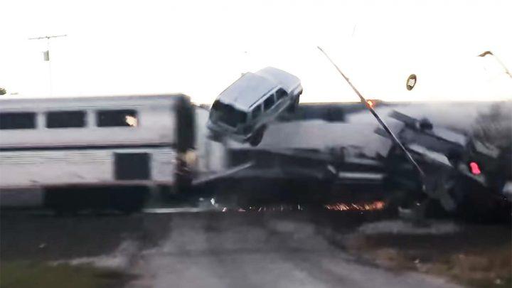 VIDEÓ: Letarolta a vonat a trélert. Matchboxként hullottak szanaszét az autók